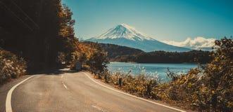 在日本和路的Mt富士在湖Kawaguchiko 免版税库存图片