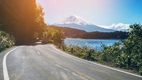 在日本和路的Mt富士在湖Kawaguchiko 免版税图库摄影
