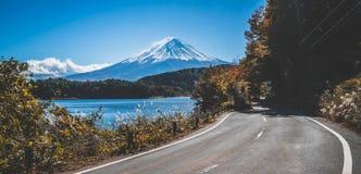 在日本和路的Mt富士在湖Kawaguchiko 免版税库存照片