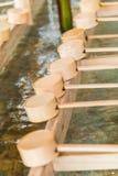 在日本寺庙入口的竹日本洗净杓子  免版税图库摄影