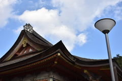 在日本寺庙旁边的灯柱 免版税库存照片