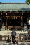在日本寺庙的人尊敬 库存照片