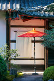 在日本寺庙的红色伞 库存照片