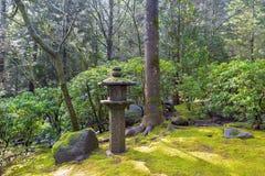 在日本庭院的石塔灯笼 库存图片