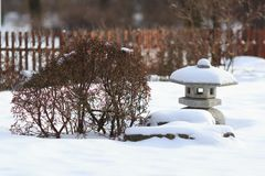 在日本式的建筑元素 日本庭院细节 灯塔雕塑海运石头 香火的东部缸 免版税库存图片
