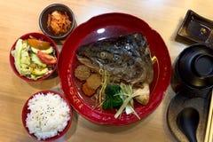 在日本汤的三文鱼头 库存图片