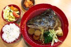 在日本汤的三文鱼头 免版税库存照片