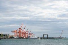 在日本端起在横滨口岸采取的移动式起重机 免版税库存图片