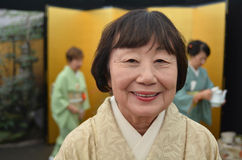 在日本茶道期间的日本妇女 免版税库存图片