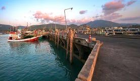 在日落、夜和小船的海军码头 图库摄影