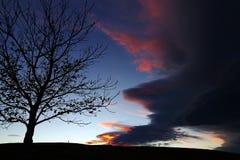 在日落一场离奇的风暴在天空过来 图库摄影