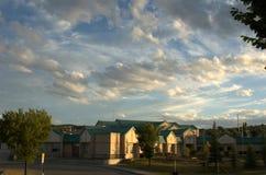 在日落下光的社区学校  库存照片