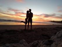 在日落下的一个亲吻 一个梦想 库存图片
