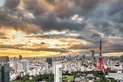 在日落下的东京铁塔 库存图片