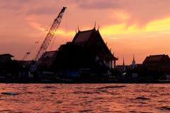 在日落下的寺庙 免版税库存照片