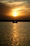 在日落下的小船 免版税图库摄影
