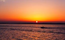 在日落下的游艇 免版税库存图片