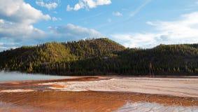 在日落下的盛大多彩温泉在中途喷泉水池覆盖在黄石国家公园在怀俄明 图库摄影