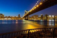在日落之后的曼哈顿桥梁 库存图片