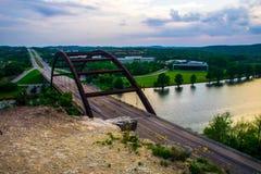在日落之后的Pennybacker 360桥梁 库存照片