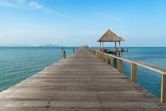 在日落之间的木码头在普吉岛,泰国 夏天,旅行, 库存照片