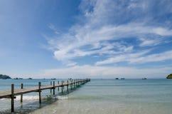 在日落之间的木码头在普吉岛,泰国 夏天,旅行, 图库摄影