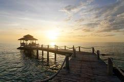 在日落之间的木码头在普吉岛,泰国 夏天,旅行, 库存图片