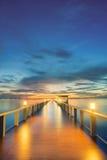 在日落之间的木码头在普吉岛,泰国 免版税库存照片
