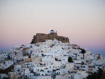 在日落以后在斯坦帕利亚岛,有关闭的希腊城堡 库存图片