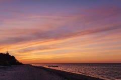 在日落以后的五颜六色的cloudscape在海滩在夏天 拉脱维亚 库存照片