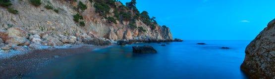 在日落以后的夜间海滩 免版税图库摄影