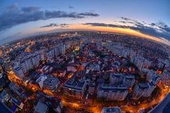 在日落以后的布加勒斯特地平线有鸟瞰图 免版税库存图片