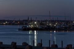 在日落以后的新贝德福德港口 免版税库存图片