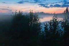 在日落以后的有雾的湖 库存照片