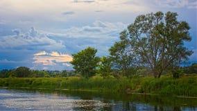 在日落以后的河 库存图片