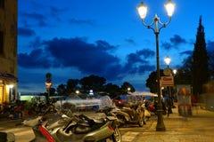 在日落以后的深天空蔚蓝在古老托斯坎镇下 库存照片