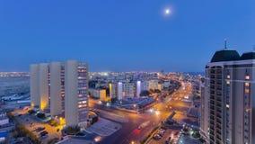 在日落以后的阿克套市在里海天的岸对夜timelapse的 卡扎克斯坦 股票录像