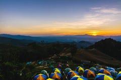 在日落俯视的山的帐篷 免版税图库摄影