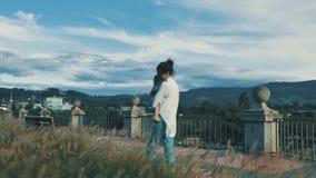 在日落光期间,年轻妈妈走与她美丽的儿子在城市公园 股票视频