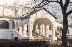 在日落光的典雅的白色石门廊 Smolensky大教堂的片段在Novodevichy女修道院,莫斯科 库存图片