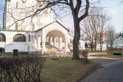 在日落光的典雅的白色石门廊 Smolensky大教堂的片段在Novodevichy女修道院,莫斯科 免版税图库摄影