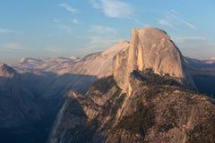 在日落光的半圆顶峰顶从冰川点trailhead 免版税库存图片