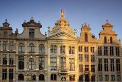 在日落光的特写镜头从某些从盛大地方-布鲁塞尔(布鲁塞尔),比利时的美丽的大厦 免版税库存图片
