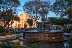 在日落光的美人鱼喷泉 免版税库存照片