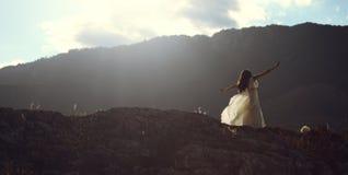 在日落光的美好的妇女跳舞 库存照片