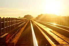 在日落光的铁路 图库摄影