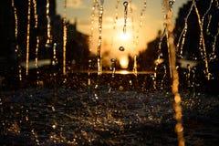 在日落光的水飞溅 免版税库存图片