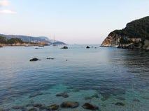 在日落光的Paleokastritsa海湾 库存图片