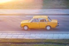在日落光芒的老苏联汽车 免版税库存图片