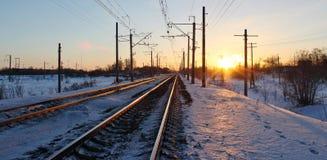 在日落光芒的铁路  免版税库存照片